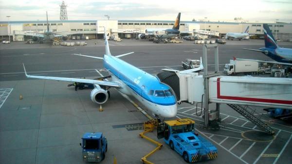 Desktop background Plane on airport