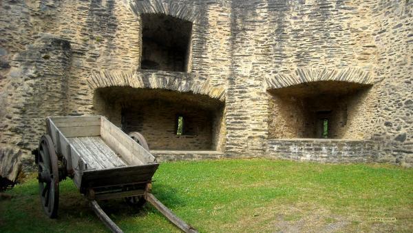 Castle courtyard wallpaper