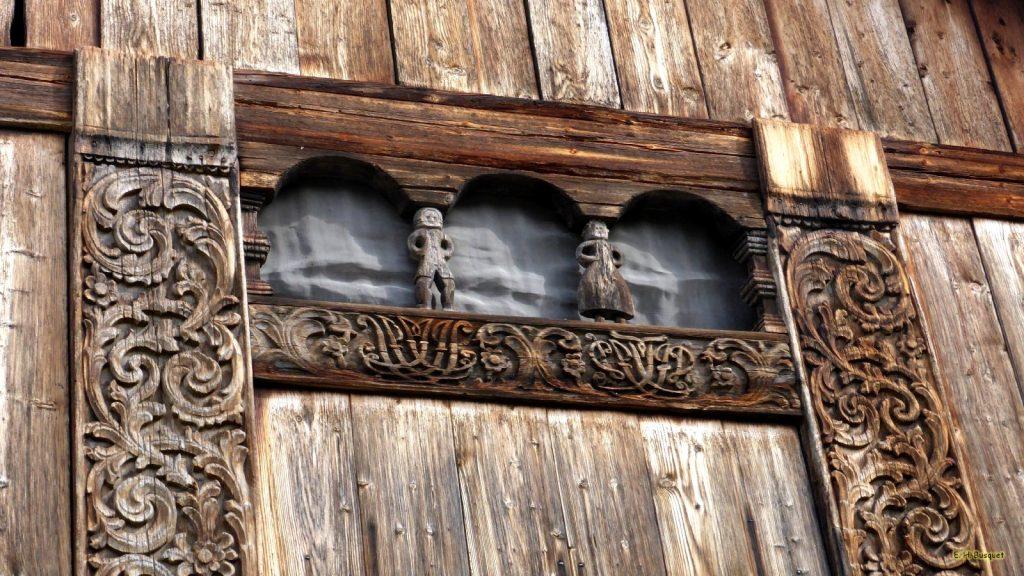 Wood carving wallpaper